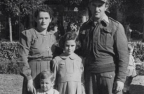 1948 - שמואל פרנקל בן שנתיים, אחותו אירית בת שש והוריהם צבי ואלה, תל אביב