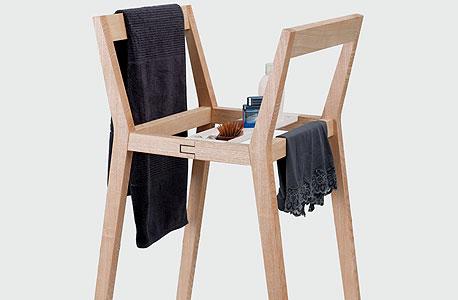 כיסאות המשמשים לתליית ביגוד או מוצרי טיפוח