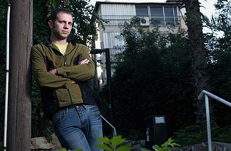 דורי אדר (32), מנהל אתר אינטרנט, גר לבד בדירת  שני חדרים ביפו, משלם 3,300 שקל בחודש