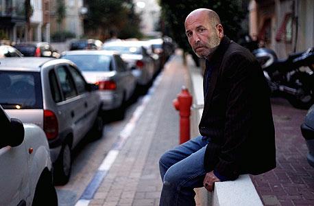 """דורון אשכנזי (52), מעצב בגדים, גר עם אשתו ושני ילדיו בדירת גג של 120 מ""""ר במרכז תל אביב ומשכיר דירה קטנה יותר בתל אביב"""