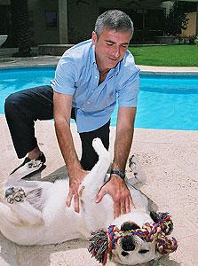 ליאוניד נבזלין והכלב מקס בבית בהרצליה