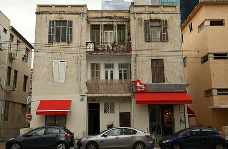 אחד העם 58. בניין המגורים ייהרס לטובת רחבה פתוחה מול רחוב בן זכאי , צילום: עמית שעל