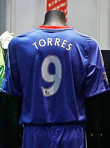 חולצה של פרננדו טורס. מנסים למכור לסינים, צילום: רויטרס