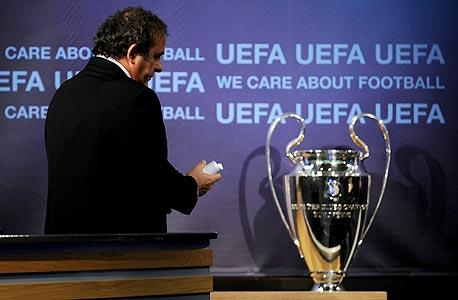 מישל פלאטיני עם גביע ליגת האלופות. לא אוהב את המועדון הסגור של שלב הנוק אאוט
