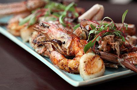 מבחר פירות ים על הפלנצ'ה. תיבול עדין ומינימלי