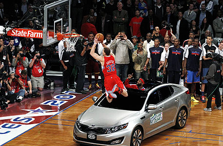בלייק גריפין קופץ מעל רכב. אימוני ריבאונדים ופיזיות