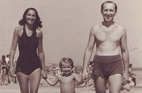1947. גדעון אוברזון, בן ארבע, עם הוריו ליביה ומירוסלב בספליט, יוגוסלביה