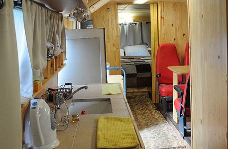 האוטובוס כולל חדר שינה זוגי, שירותים, מקלחת, מטבחון, מקרר ואפילו מזגנים