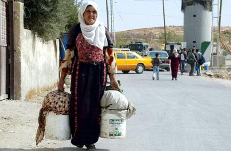 אשה פלסטינית במחסום בית לחם, צילום: שאול גולן