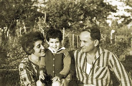 1959. מיכל, בת שלוש, עם הוריה אדה ושרוליק, קיבוץ נען