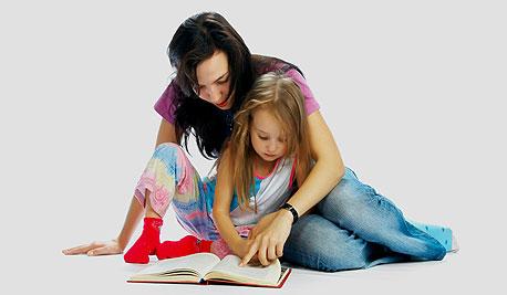 אמא ותלמידה (אילוסטרציה). הורי הילדים בחינוך המיוחד מוציאים סכומים אסטרונומיים, צילום: shutterstock