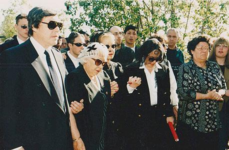 הלווייתו של אייזנברג, מרץ 1997. משמאל: הבן ארווין, האם לאה והבנות ליז הרדי ואמילי פורמן.  צוואתו מ־1986 נערכה בחופזה זמן קצר לפני שנכנס לניתוח מעקפים
