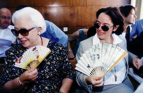 """לאה ובתה אמילי בבית המשפט. וינרוט: """"ראיתי שבתוך המשפחה יש כל מיני גוונים, ליז הרדי היתה גוון אחד, האם ואמילי היו גוון אחר. ליז היתה יותר תוקפנית"""""""