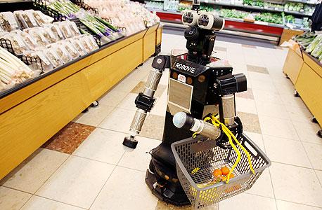 """רובוט יפני עושה קניות. """"מה יעשו אנשי מעמד הביניים כשיהיו עוד רובוטים?"""""""