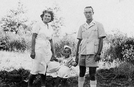 1942. אביהו בן נון, בן שלוש, עם הוריו חיים וחיה, גבעת עדה