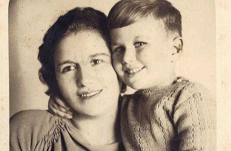 1935. אמנון רובינשטיין, בן ארבע, עם אימו רחל בתל אביב