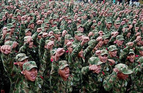 חיילים קולומביאניים בהשקת קמפיין לשיפור המוטיבציה ותדמית הצבא. האלוף הישראלי בא להסביר איך נלחמים בטרור