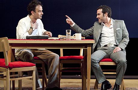 """(מימין) זוהר שטראוס ואמיר קריאף, """"בוגד"""". מכה בבטן לדרומיים"""