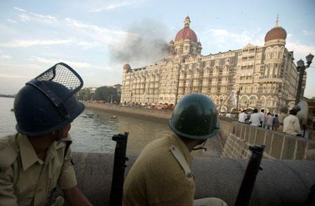 מלון טאג' מהאל במומבאי עולה בלהבות לאחר התקפת הטרור ב-2008