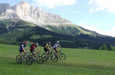 רוכבים על אופניים באוסטריה