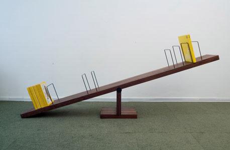 מדף ספרים שנראה כמו נדנדה מתוך !Play       , צילום: BCXSY