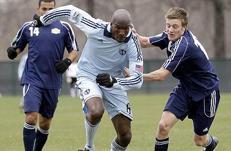 צ'אד אוצ'וצ'ינקו שחקן פוטבול שנבחן בקנזס מה-MLS. השביתה תימשך לפחות עוד שבועיים