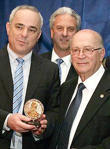 נשיא הבונדס יהושע מצא (מימין) ושר האוצר יובל שטייניץ באירוע גאלה  של הבונדס