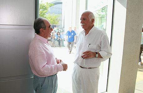 """ספדיה עם אלפרד אקירוב באירוע במרכז רבין לחקר ישראל, גם הוא בתכנונו של ספדיה. """"אקירוב נדיר"""""""
