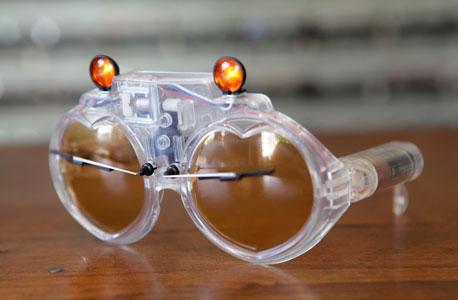 משקפי וישרים ששימשו את אלטון ג'ון בשנות השמונים. המגבים והפנסים מופעלים בסוללות, צילום: אוראל כהן