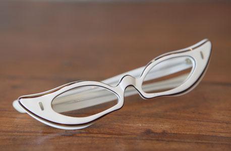 משקפיים חתוליים לבנים מאוסף רשת מאירוביץ' הצרפתית. צרפת, 1940, צילום: אוראל כהן