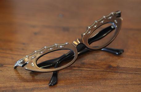 משקפי מרילין מונרו משובצי פנינים ואבני חן. צרפת, שנות החמישים, צילום: אוראל כהן