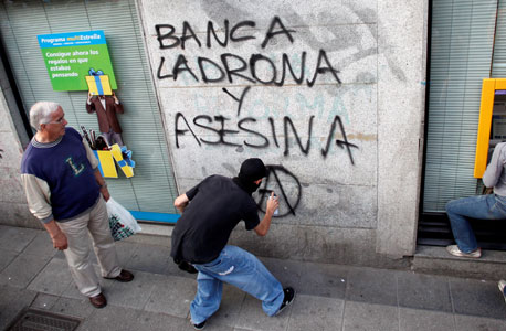 מגפינים מרססים גרפיטי נגד הבנקים במדריד, לפני שבועיים