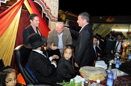 נוחי דנקנר עם ראש עיריית אופקים צביקה גרינגולד אצל הרב איפרגן