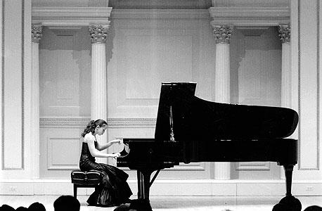 """סופיה מנגנת בקרנגי הול, 2007. """"בעלי הצטער שלא לחצו עליו לנגן"""""""