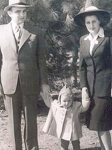 1949. תמר רוה, בת שנתיים, עם הוריה גדעון האוזנר ויהודית ליפשיץ, ירושלים