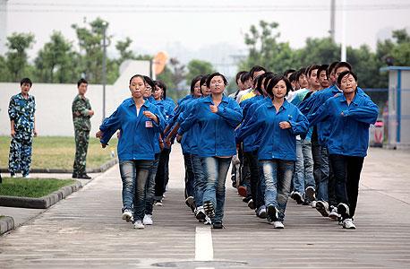 עובדי טרינה סולאר במפעל בסין, צילום: MCT