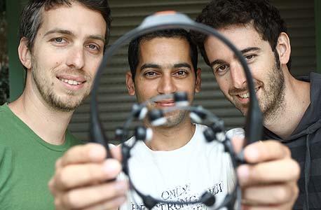 מימין: אורי אוסמי, אופיר תם ואריאל רוזן. לשלוט בעזרת שלוש פעולות בלבד