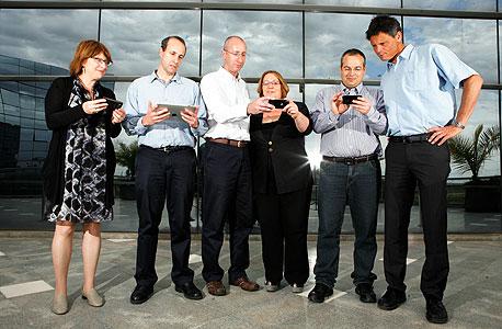 """מנכ""""ל סיאנו אלון עירוני (מימין) עם עובדי החברה. עכשיו גם בסין"""