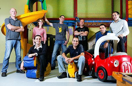 """שאול אולמרט (מימין), סמנכ""""ל השיווק של קונדואיט, עם עובדי החברה"""