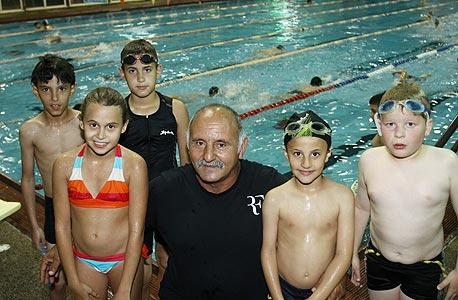 """המאמן אלי גז באימון בבריכה. """"צריך להיזהר מהפודיום בגיל הזה"""""""