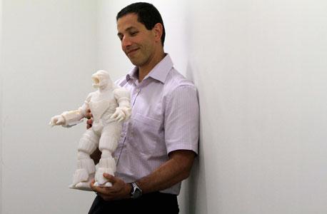 """סמנכ""""ל אובג'ט עם מודל שהודפס במדפסת של החברה"""