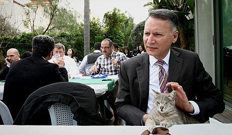 """מסרי והחתולה היוונייה. """"לקחנו אותה מהמקלט כי חשבנו שאף אחד לא ירצה לקחת חתולה עם עין אחת"""""""