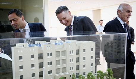 """מוניב אל־מסרי (מימין), מסרי וסמיר חולילה מנכ""""ל פדיקו עם המודלים החדשים של בנייני רוואבי"""