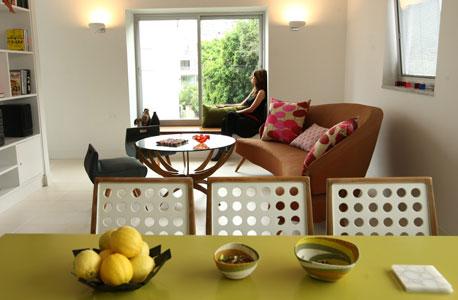 החלל המרכזי (גלית שיף יושבת ליד החלון). העיצוב השקט מבליט את פריטי הריהוט הייחודיים שיוצרו בהזמנה מיוחדת בשנות החמישים על פי סקיצות מתערוכת עיצוב ואדריכלות שהתקיימה בבריסל