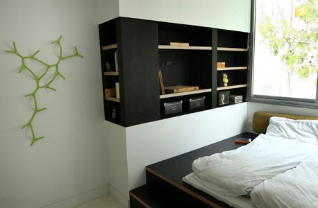 """חדר השינה. תוכנן במידות קטנות במיוחד כדי להרוויח מרחב בחלקים אחרים של הבית. """"כמו לישון בקוקון"""""""