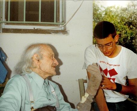 לינדנשטראוס בצעירותו עם סבו חיים זלינגר