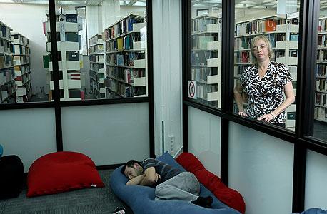 """הספרנית שלומית פרי בספריית מדעי החברה באונ' תל אביב: """"הפופים הם רק סימפטום"""""""