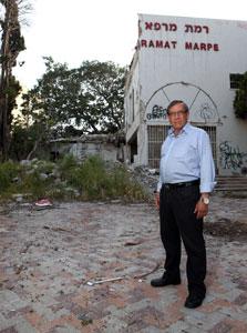 """ישראל זינגר בבית המרפא. """"הרס ההיסטוריה"""""""