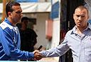 תומר סיני עם המאמן איציק שאקי. למה הוא בהפועל פתח תקווה?, צילום: ראובן שוורץ