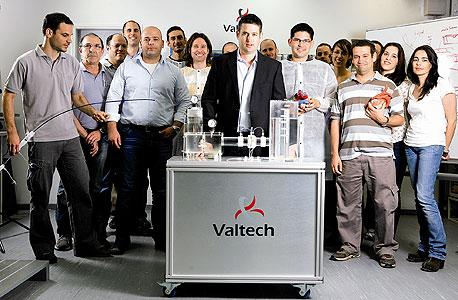 """עמיר גרוס, מנכ""""ל Valtech Cardio (במרכז) ואנשי החברה, צילום: תומי הרפז"""